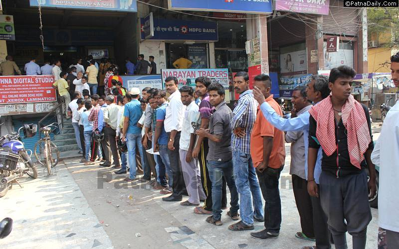 Line outside a bank in Patna to exchange old Rs. 500 and Rs. 1000 notes.