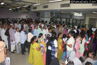Large crowd at Patna's State Bank of India (Gandhi Maidan branch) after the ban of Rs. 500 and Rs. 1000 currency by the Modi government.