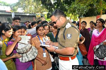 Patna SP Shivdeep Lande giving autographs to his fans before leaving for Araria.